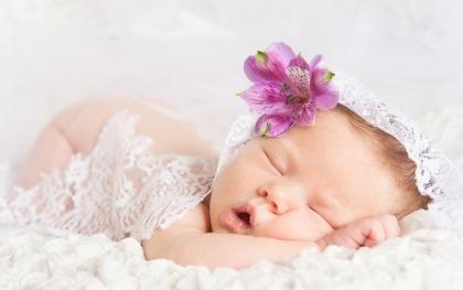 новорожденный спит с открытым ртом