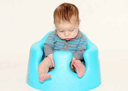 ребенок сидит на синем горшке