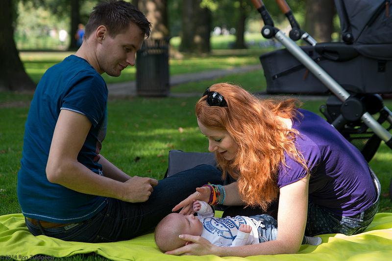 отдых на природе молодой семейной пары с ребенком