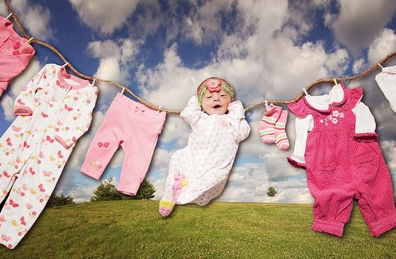 фото ребенка с одеждой на бельевой веревке