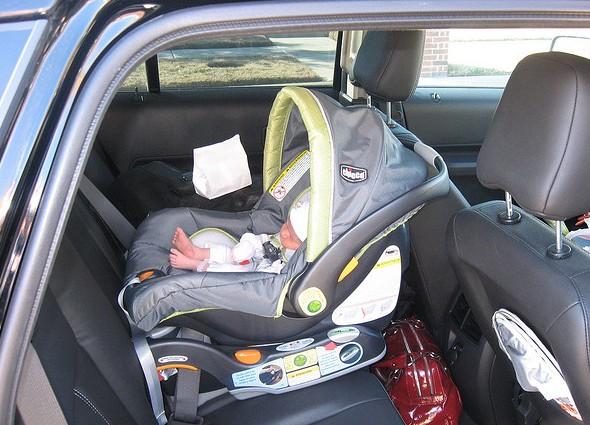 новорожденный ребенок в специальном автокресле