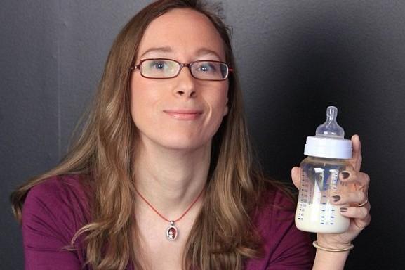 мама держит в бутылочке грудное молоко