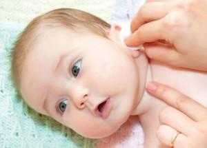 вытираем ухо ваткой малышу