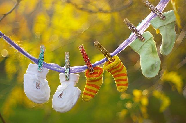 носочки для крохотных детей сушатся на веревке