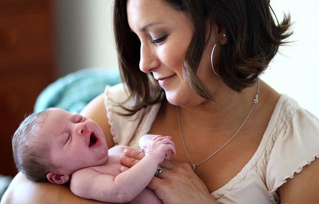 няня с новорожденным