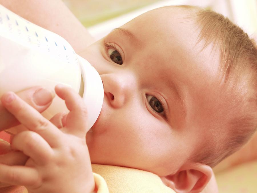 кормление смесью младенца из бутылочки