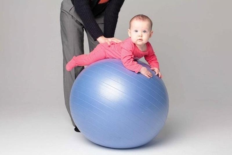 """упражнение """"Пружинка"""" на фитболе для грудничка"""