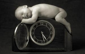 ляля спит на больших часах