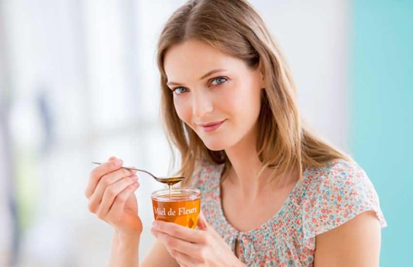 девушка есть мед