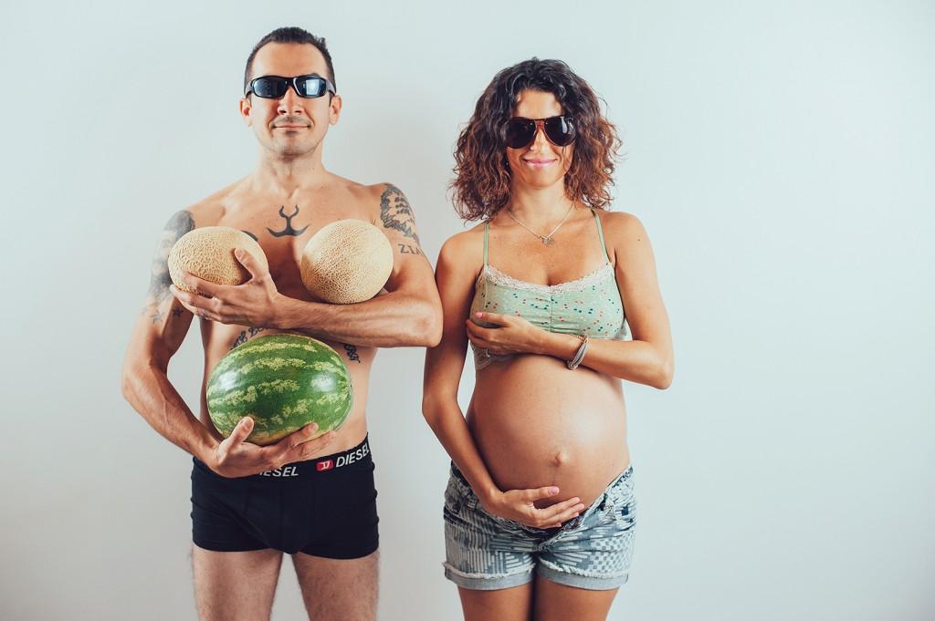беременная с мужем с арбузом и дыней