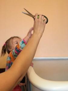 девочка отбирает у мамы ножницы
