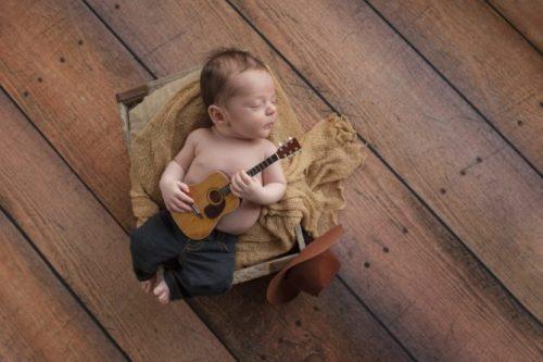 Новорожденный с гитарой