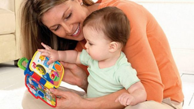 мама занимается развитием речи малыша