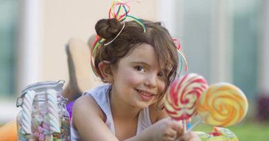 девочка с леденцами на палочках