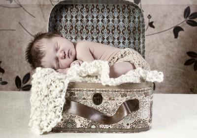 Новорожденный в чемоданчике