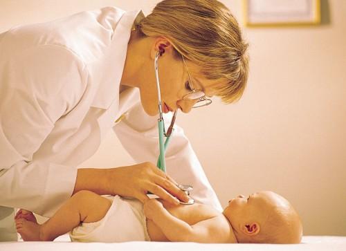 малыш простудился, его осматривает педиатр