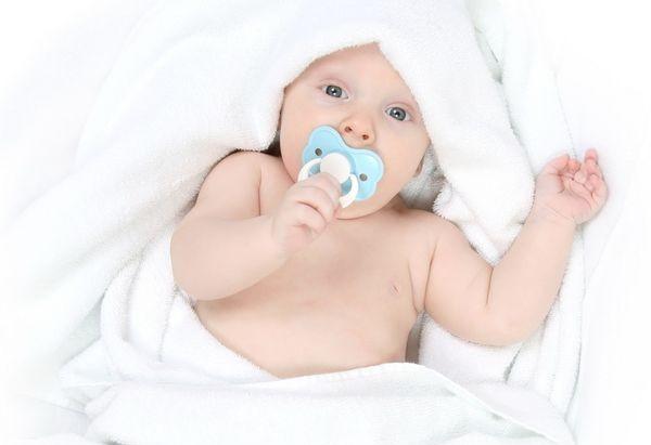 новорожденный сосет пустышку