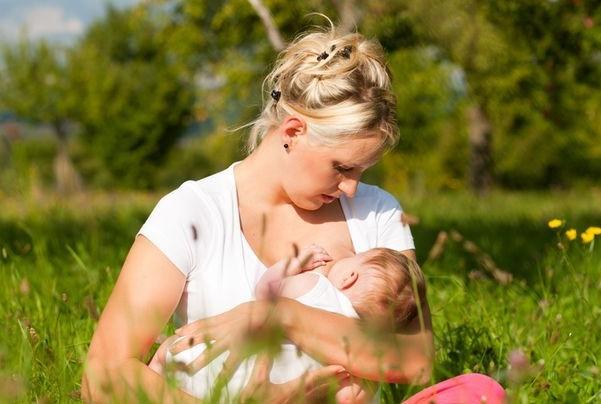 кормление грудью ребенка в жару