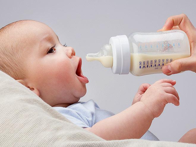 новорожденный ребенок с бутылочкой
