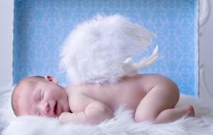 новорожденный ангел с крылышками