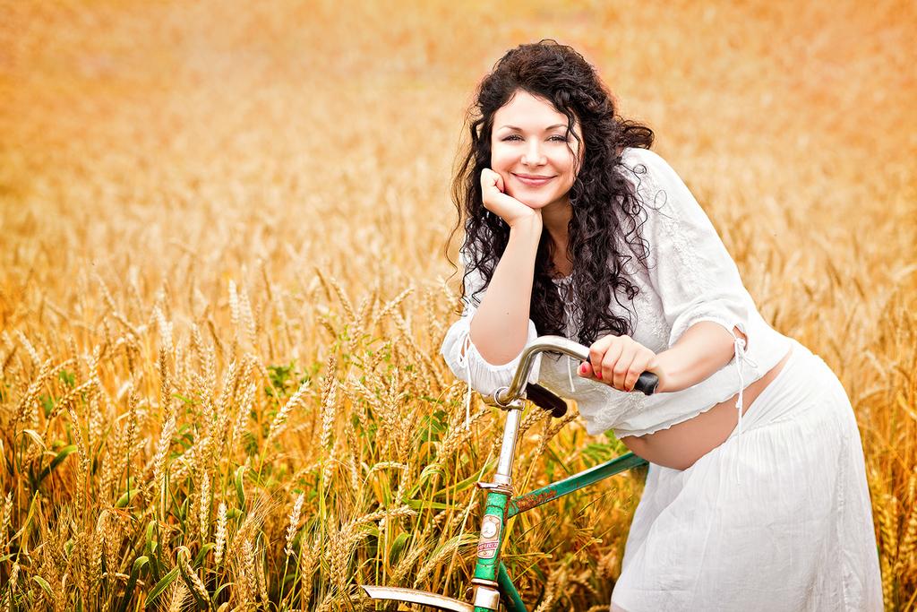 Беременная девушка с велосипедом