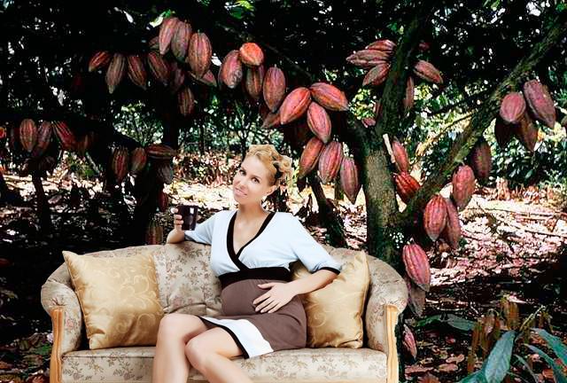 беременная девушка сидит под деревом какао