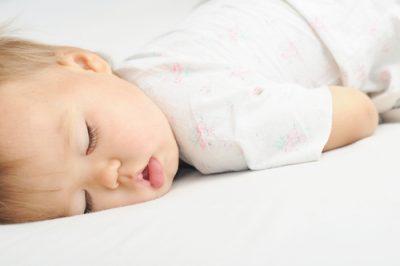 Спит грудничок
