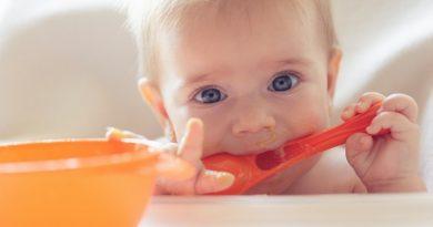 Когда учить ребенка кушать самостоятельно