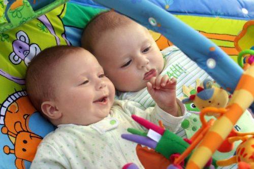 Улыбающиеся новорожденные